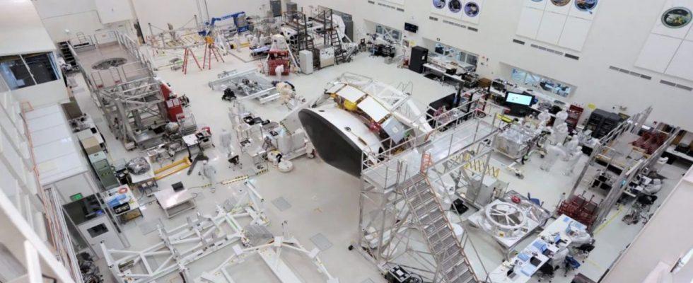Перелётная ступень и марсоход, закреплённые на устройстве для поворачивания интегрированных аппаратов