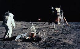 Эдвин Базз Олдрин на Луне