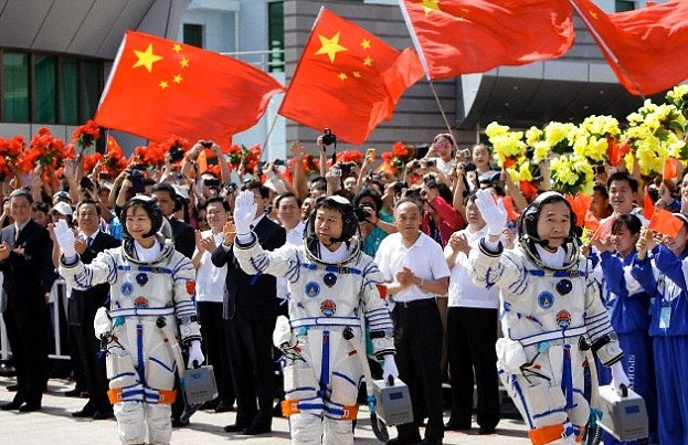 Тайконавты Jing Haipeng, Liu Wang и Liu Yang перед стартом на орбитальную станцию Tiangong-1.