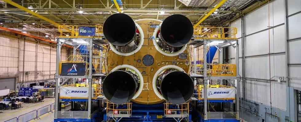 Установка двигателей RS-25 на первую ступень ракеты-носителя SLS